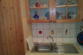 küche mit einbaukühlschrank und sitzecke mit tisch und 2stühlen