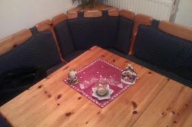 Foto 3 küche mit einbaukühlschrank und sitzecke mit tisch und 2stühlen