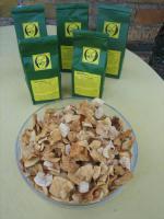 Foto 2 leckere luftgetrocknete natürliche Apfel-Chips; getrocknete Apfelstücke