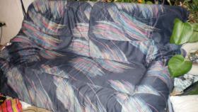 moderne Sofagarnitur, blau mit bunten Streifen