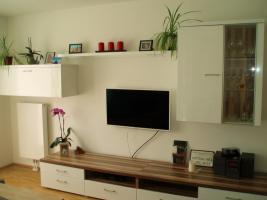 moderne & neuwertige Wohnwand (weiß/hochglanz) zum Verkauf