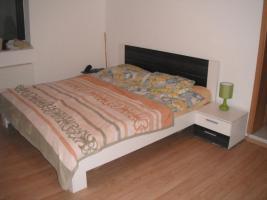 Foto 3 neues schlafzimmer weiss-grau (bett+lattenrosts+nachtschränke+grosser schrank)