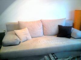 neuwertige Schlafcouch beige m. Bettkasten + Kissen