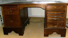 Foto 2 restaurierter Schreibtisch
