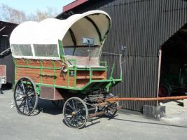 schöner großer Planwagen