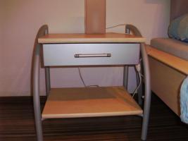 Foto 2 schönes modernens Doppelbett inkl. Lattenrost und Nachtkästchen