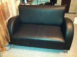 schwarze 2-Sitzer Kunstleder Couch