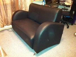 Foto 2 schwarze 2-Sitzer Kunstleder Couch