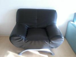 schwarzer sessel mit dazu passendem schwarzen 2-er Sitzer aus abwaschbarem Material (Kunstleder Art)