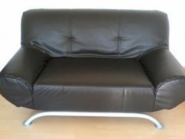 Foto 2 schwarzer sessel mit dazu passendem schwarzen 2-er Sitzer aus abwaschbarem Material (Kunstleder Art)
