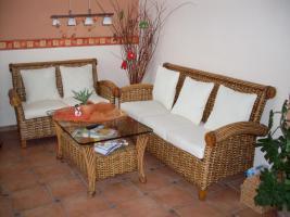 sehr schöne Rattan Couchgarnitur, weiße Auflagen 3-2/Tisch