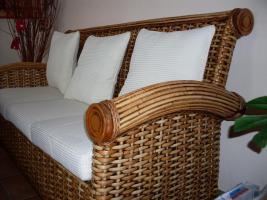 Foto 2 sehr schöne Rattan Couchgarnitur, weiße Auflagen 3-2/Tisch