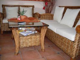 Foto 3 sehr schöne Rattan Couchgarnitur, weiße Auflagen 3-2/Tisch