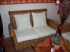 Foto 4 sehr schöne Rattan Couchgarnitur, weiße Auflagen 3-2/Tisch