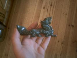 uralter handgefertigter Drachen aus dunkelgrüner Jade