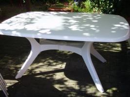 weißer Gartentisch aus schwerem Kunststoff