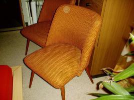 zwei Lounge Stühle