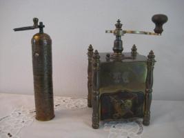 2 dekorative, antike Kaffeemühlen
