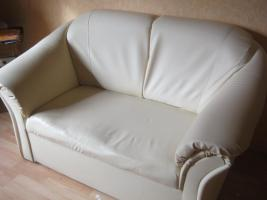 2sitzige Couch in Lederimitat und 1Sessel