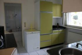 Küche mit dahinter liegendem Bad