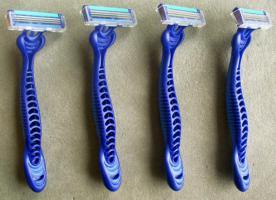 Foto 2 4 Einwegrasierer  3 fache Klingentechnik, Drehgelenkkopf, Wachsstrich, weicher Handgriff