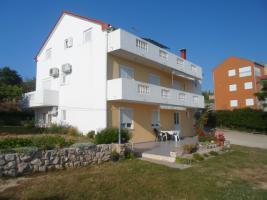 Foto 2 4 Ferienwohnungen direkt am Meer in Norddalmatien Ferienhaus bis zu 18 Personen