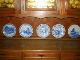 5 wunderschöne Wandteller & 4 Vasen in blau von Delft