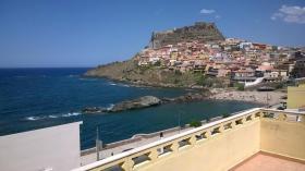 Blick von der großen Terrasse auf den schönen Ort Castelsardo