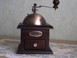 Alte Handkaffeemühle aus Holz