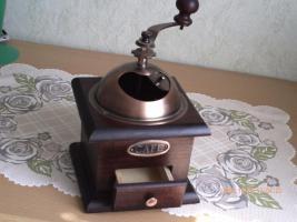 Foto 2 Alte Handkaffeemühle aus Holz