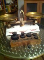 Alte Küchenwaage mit Wagestücken