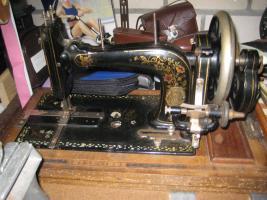 Antike Hand-Nähmaschine u. Hand-Kaffeemühle