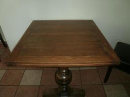 Antike Tische und Stühle
