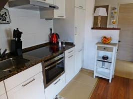 neue offene Küche mit Essplatz am Fenster