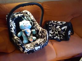 Babyschale inkl. Wickeltasche schwarz/weiß Blumenmuster