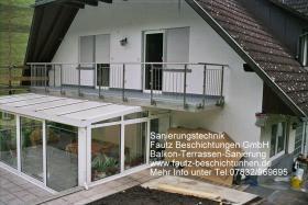 Balkon saniert im Farbton grau.