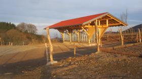Bewegungsstall 400 qm. Stall, 30 Hektar Weide, 4000 qm. befestigter Sandplatz