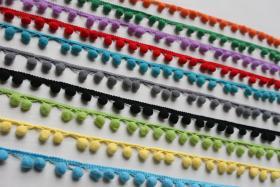 Bommelborte, mittelgroß, verschiedene Farben, Dreiecksaufhängung, Breite ca. 2 cm