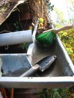 Foto 4 Dachrinnen vom Laub befreien, damit es nicht ins Haus hineinläuft; Dachrinnenreinigung