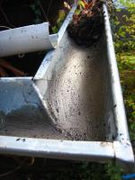 Foto 3 Dachrinnenreinigung; Dachrinne entleeren, Laub aus Dachrinne entfernen