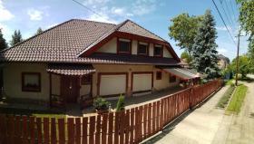 Foto 2 Ein Familienhaus für mehrere Generationen ist bei Budapest zu verkaufen.