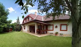 Foto 4 Ein Familienhaus für mehrere Generationen ist bei Budapest zu verkaufen.
