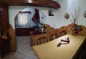 Foto 8 Ein Familienhaus für mehrere Generationen ist bei Budapest zu verkaufen.