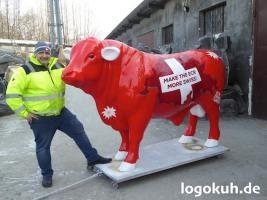 Es ist doch ganz einfach Du kaufst in Deutschland Deine Deko Kuh und läste Sie zu Dir in die Schweiz liefern ...