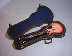 Foto 2 Exklusiv Miniaturgitarre Köcher + Standard