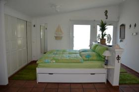 Seniorenbett mit Komfortsitzhöhe. Lattenroste höhenverstellbar