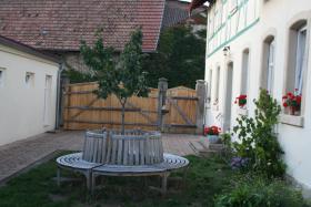 Idyllischer Innenhof mit Garten