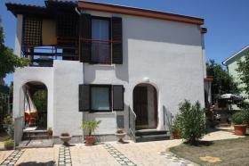 Ferienhaus mit 3 Ferienwohnungen in Valbandon bei Pula bis zu 12 Personen