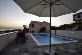 Ferienhaus mit 4 Ferienwohnungen für 2,4,6 Personen in Rtina Stosici bei der Insel Pag Meer 150 m