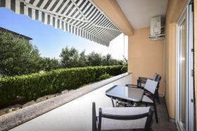 Foto 2 Ferienhaus mit 4 Ferienwohnungen für 2,4,6 Personen in Rtina Stosici bei der Insel Pag Meer 150 m